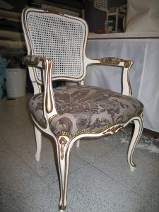 silla tapizada con tela ornamental victoriana