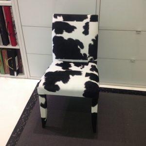 silla tapizada con estampado de vaca