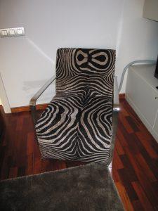 silla tapizada con estampado cebra