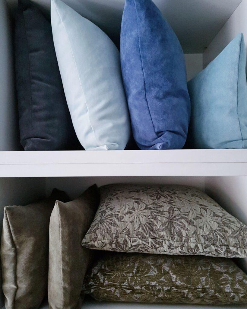 coixins de diferents colors i teles, brodats i llisos