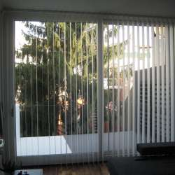 cortina de laminas blancas