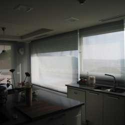 cortina enrollable gris