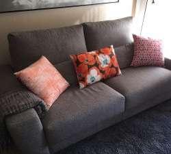 sofa gris de tela